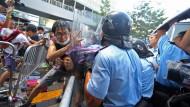 Chinesische Polizei setzt Pfefferspray gegen Demokratie-Aktivisten ein