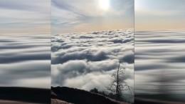 Wolken, die wie Wellen fließen