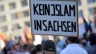 Regierung sieht sozialen Frieden im Osten durch Fremdenhass gefährdet