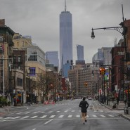 Ein einzelner Jogger entlang der 7th Avenue: In New York bleiben die meisten Anwohner in ihren Wohnungen.