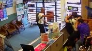 Ladeninhaber schlagen Räuber in die Flucht
