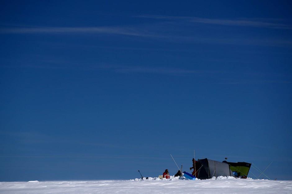 Wissenschaftler entnehmen Eisproben vom Gepatschferner Gletscher.