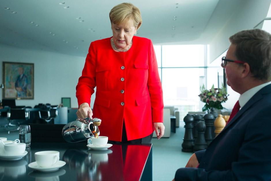 Angela Merkel mit F.A.S.-Redakteur Thomas Gutschker