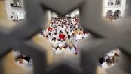 Gläubige beim Gebet in einer Moschee in Ankara