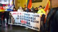 Umtriebig: Burghard B. (weißer Bart) im Januar 2015 auf einer Pegida-Demonstration in Frankfurt
