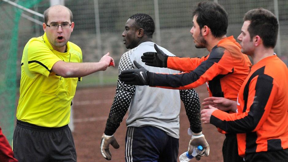 Ende eines Spiels: Der Schiedsrichter bricht die Partie ab, Ikenna Onukogu geht, gegnerische Spieler schalten sich ein