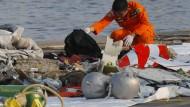 Jakarta: Ein Mitarbeiter der Indonesischen Such- und Rettungsbehörde inspiziert Trümmerteile und Fundstücke des abgestürzten Passagierflugzeug der Fluggesellschaft Lion Air.