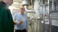 Prost: Bernhard Jung (rechts) und sein Oenologe Peter Conrad genehmigen sich ein Glas Wein vor dem Entalkoholisierer.