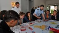 Planspiel: Im Bad Homburger Schloss diskutieren junge Leute zusammen mit einem Jugendoffizier der Bundeswehr die Lage am Horn von Afrika.
