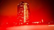 Rot eingetaucht: Die Europäische Zentralbank (EZB) in Frankfurt am Main.