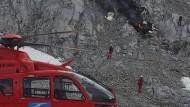 Rettungskräfte an der Unfallstelle: Ein Kleinflugzeug ist am Donnerstag gegen 17.30 Uhr in der Leutasch in Tirol im Wettersteingebirge in der Nähe der Meilerhütte abgestürzt.