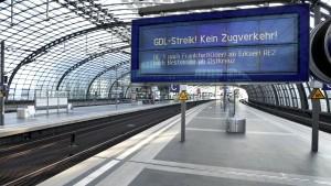 Bundesregierung stellt Bahn-Reisende auf langen Streik ein