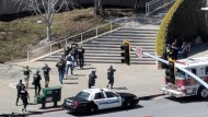 Einsatzkräfte der Polizei nähern sich der Youtube-Zentrale, in eine Person um sich schoss.