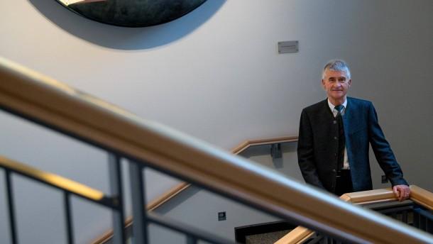 Jürgen Hambrecht - Der ehemalige Vorstandsvorsitzende des Chemieunternehmens BASF und Mitglied der Ethikkomission für sichere Energieversorgung stellt sich in Ludwigshafen den Fragen von Georg Meck