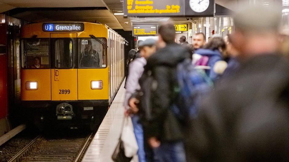 In einer Berliner U-Bahn kam es am Samstag zu einer Attacke mit einer Stichwaffe.