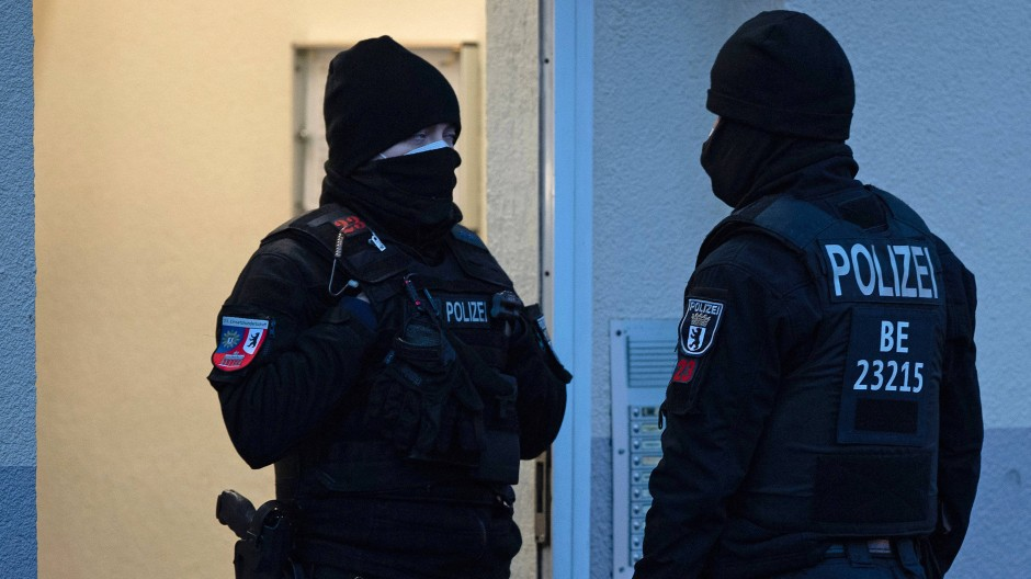 Polizisten am Rande einer Razzia.