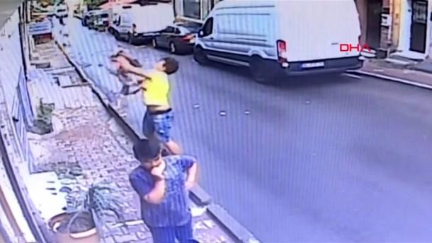 Mädchen fällt aus dem Fenster, Jugendlicher verhindert Tragödie