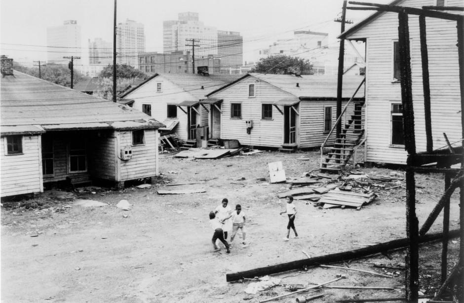 Die rassistische Wohnungspolitik führte in vielen amerikanischen Städten zur Bildung von Slums. Für die Bewohner gab es kaum Wege, ihre Wohnsituation selbständig zu verbessern.