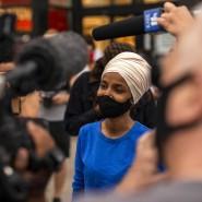 Ilhan Omar spricht bei einem Auftritt im Vorwahlkampf in Minneapolis vergangenen August mit der Presse.