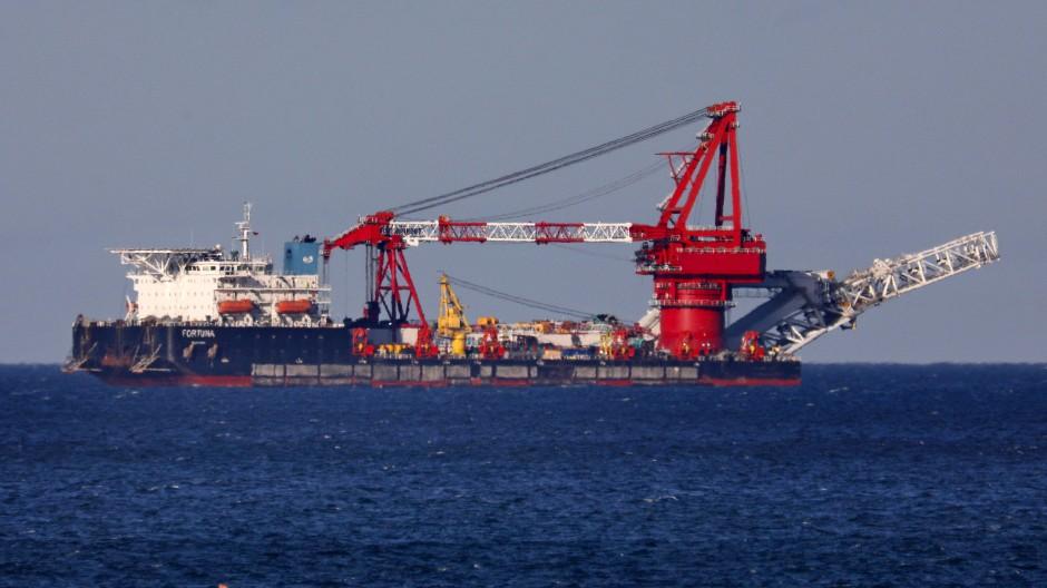 Auf der Ostsee liegt das russische Verlegeschiff Fortuna auf Reede vor dem Seehafen Rostock.