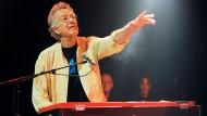 Ray Manzarek, Mitbegründer und Keyboarder der Doors, ist im Alter von 74 Jahren in einer Klinik in Rosenheim gestorben.