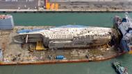 Geborgene Unglücksfähre Sewol landet im Hafen