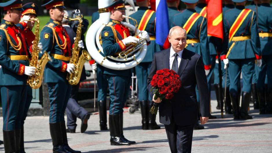 Wladimir Putin am Grab des unbekannten Soldaten in Moskau am 80. Jahrestag des Angriffs des nationalsozialistischen Deutschlands auf die Sowjetunion