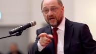 Sie bewerfen Martin Schulz mit Dreck