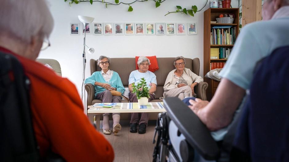 Reformbedarf in der Pflege: Lohn und Arbeitszeiten ausländischer Helferinnen müssen klar geregelt werden.