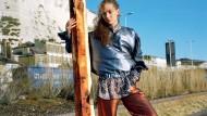 Top und Hose von Paula Knorr, Hemd von Victoria Beckham, Stiefel von JW Anderson