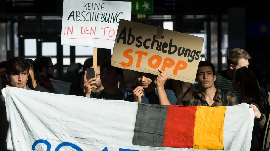 Protestaktion gegen die Sammelabschiebung von Afghanen am Dienstag am Düsseldorfer Flughafen