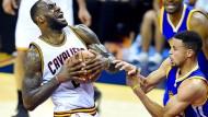 Kräftiger Flügelspieler gegen schnellen Spielmacher: James gegen Curry (r.)