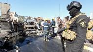 Ein irakischer Soldat sichert den Attentatsort.