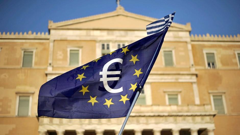 Eine Europafahne vor dem griechischen Parlament.