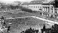 Warum der Platz vor der Hofburg umbenannt wird