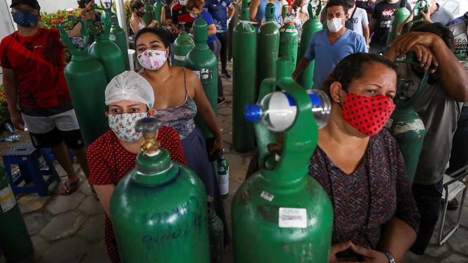 Angehörige von Corona-Patienten stehen am 18. Januar in Manaus in einer Schlange, um Sauerstoffflaschen auffüllen zu lassen.