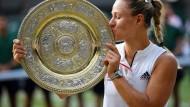 Küsschen für das Schälchen: Angelique Kerber mit der Trophäe von Wimbledon.