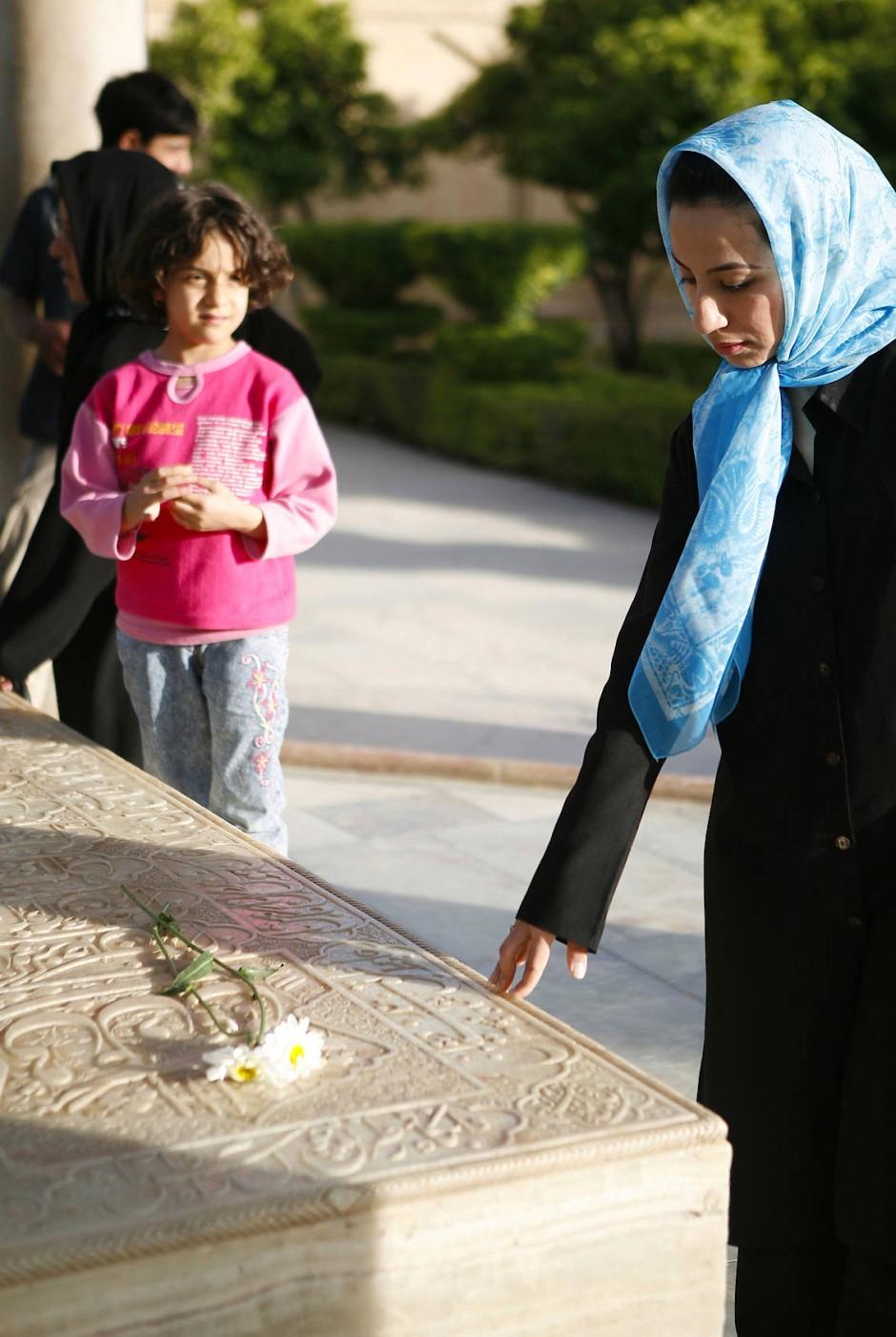 Am Grabmal des Dichters Hafis in Schiras: Viele Iraner schöpfen auch heute noch Energie und Inspiration aus der persischen Versmystik.
