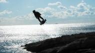Das fliegende Surfbrett muss am Boden bleiben