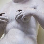 Brustkrebs macht sich bei der ärztlichen Untersuchung durch verhärtete Gewebeknoten bemerkbar. Diese können Frauen häufig auch selbst ertasten.