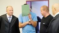 Zu einer lebenslangen Freiheitsstrafe verurteilt: der Angeklagte in Dessau-Roßlau in einem Saal des Landgerichts