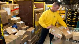 Viel Arbeit und Sorgen über Lohndumping für die Mitarbeiter im Brandenburger Paketzentrum.