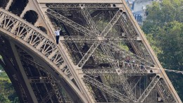 Hochseilartist balanciert vom Eiffelturm über die Seine
