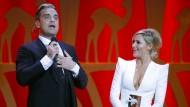Robbie Williams und die Sängerin Helene Fischer stehen bei der 65. Bambi-Verleihung 2013 auf der Bühne.