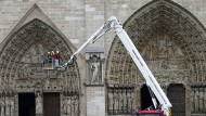 Nach dem Großbrand sieht die weltberühmte Pariser Kathedrale Notre-Dame am Dienstag wieder ganz friedlich aus, das Ausmaß des Schadens ist aber noch unklar.