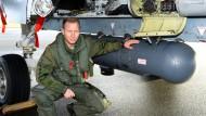 """An die Tornado-Jets der Luftwaffe der Bundeswehr sind Behälter mit dem sogenannten RECCE-Aufklärungssystem angebracht (englisch für """"Reconnaissance"""")"""