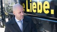 Echte Liebe: Für Peter Bosz wird es ein richtungsweisendes Spiel gegen Real Madrid.