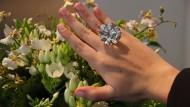 Diamant im Auktionshaus Sotheby's in New York: Die Asche eines Toten als Schmuckstück am Finger zu tragen – für die evangelische Kirche ist das kein angemessener Umgang mit der Würde des Verstorbenen