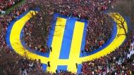 Noch in Feierlaune: Zum Start des Euros sammelten sich am Neujahrstag 1999 rund 10.000 Menschen vor der EZB in Frankfurt.