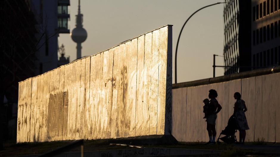 Die deutsche Wiedervereinigung wird als Erfolgsgeschichte verkauft – doch was ist dran an ostdeutschen Zweifeln?